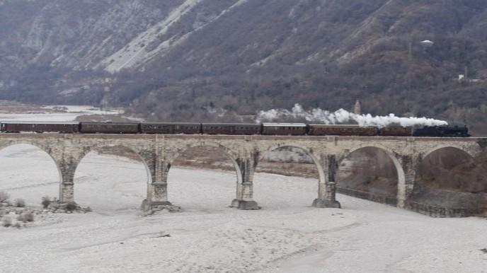 Il treno sul ponte dhe attraversa il Cellina